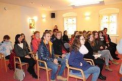 Studenti z prachatického Gymnázia předali výtěžek z koncertu řediteli Hospicu sv. J. N. Neumanna Robertovi Hunešovi.