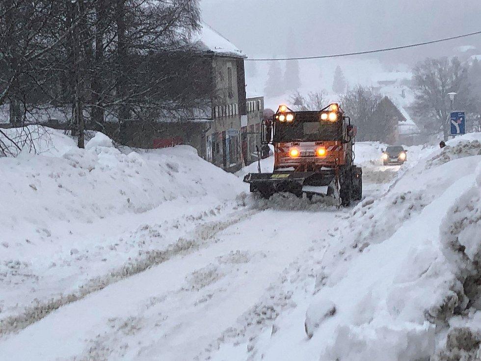 Kvildští se i v pondělí 11. února pustili do boje se sněhem.