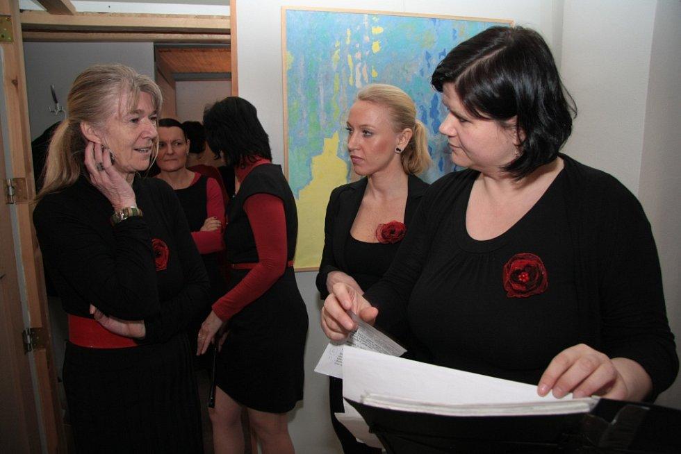 Kromě občerstvení obohatil úterní zahájení nové muzejní sezony v Prachatickém muzeu také ženský pěvecký soubor Maraveja.