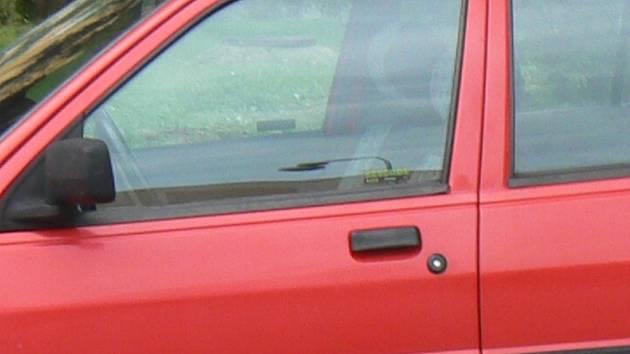 Všímavý obyvatel upozornil na zapomenuté klíče v zámku osobního automobilu Opel. Na místo se vydali městští strážníci a upozornili majitele. Ilustrační foto.