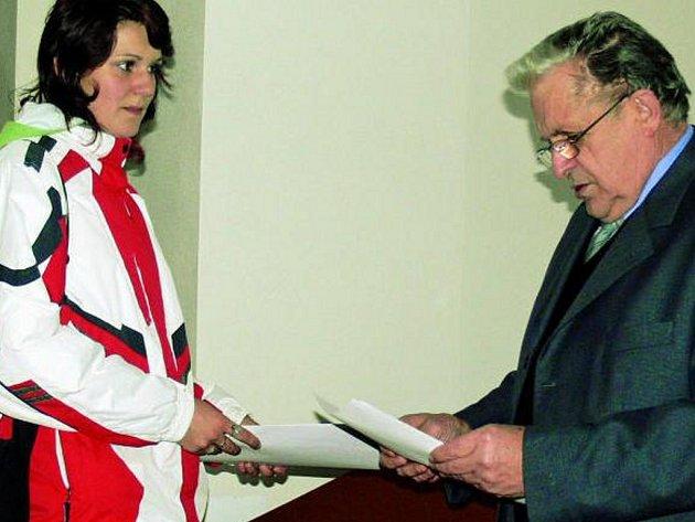 ČERNÉ NA BÍLÉM. Obyvatelé dostali klíče od nových obecních bytů poté, co složili zálohu a samozřejmě před starostou obce Antonínem Řádkem  (na snímku) podepsali nájemní smlouvu.