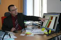 Ředitel Huneš představuje olány nové stavby.