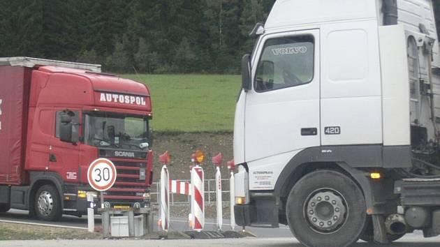 Zloděj napáchal škodu za více než pětadvacet tisíc korun, když z nákladních vozidel odčerpal pět set čtyřicet litrů nafty. Ilustrační foto.