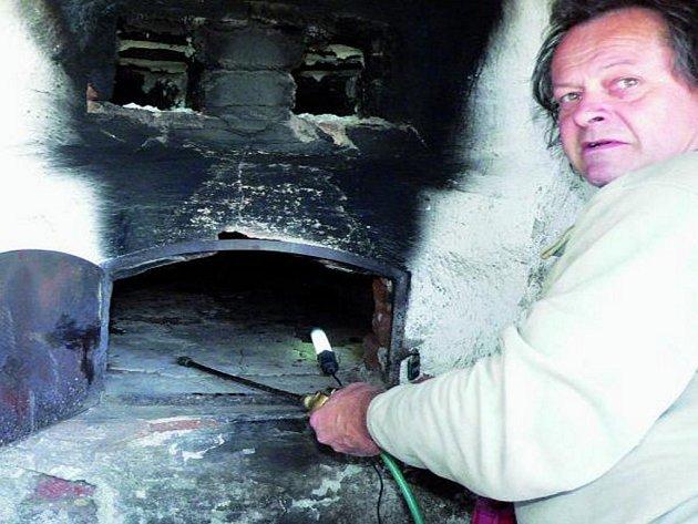 Pec je opravena, milovníci výborného chlebu či placek nepříjdou o tradiční pečení. Ilustrační foto.