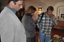 Hejtman Jiří Zimola při zahájení prodejní výstavy Povodeň 2009 v galerii U Beránka. S autory některých fotografií- Davidem Veisem (ČTK) a Slavomírem Kubešem (MF Dnes)- si prohlíží výstavu.
