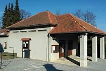 Smuteční síň na hřbitově v Prachaticích v aktuální podobě.