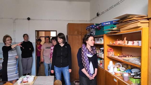 Členové sociální komise na prohlídce prostor Základní školy Zlatá stezka 145.