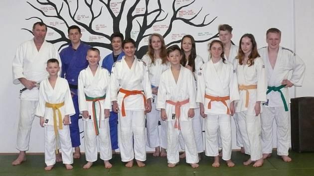 Mladí prachatičtí judisté s trenérem Pušem.