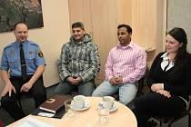Na setkání s novináři ve Vimperku byli (zleva) vrchní strážník MP Vimperk Peter Macorlík, dva adepti na místo asistent prevence kriminality Karel Bledý, Bohuslav Laci a romský terénní pracovník Andrea Kavanová.