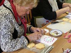 Marie Turková s dobrovolníky předávala tradici účastníkům kurzu na Třetím festivalu seniorů v Plzni.