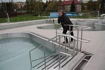Bazény v areálu vodních sportů ve Vimperku jsou připraveny na zimu. S první sezonou je jednatel Městských služeb Vimperk Jan Král (na snímku) spokojený.