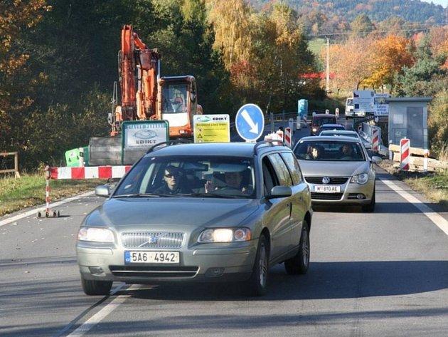Práce na mostě přes Zlatý potok u Hracholusk se přesunuly do druhého jízdního pruhu.