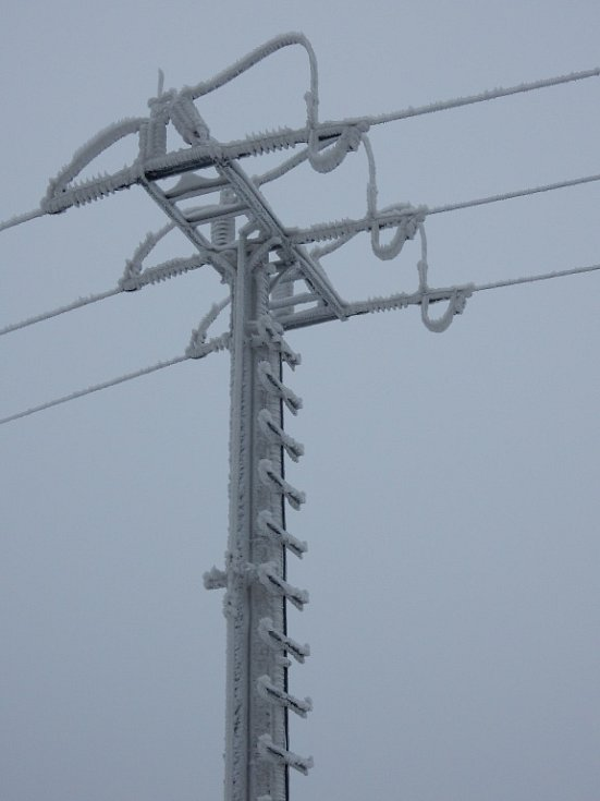 Velké komplikace způsobila námraza na vedení elektrické energie. Energetici museli odstraňovat desítky závad, stovky odběrných míst zůstaly dlouhé hodiny a někde i několik dnů bez proudu.