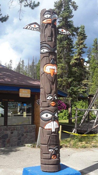 Totemy původních obyvatel jsou tu časté.
