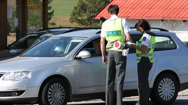Doklady kontrolovali policisté u každého ze zastavených řidičů.