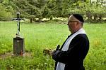 Požehnání třem posledním křížkům, které obnovil Stan Schneedorf z Volar.