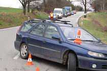 Dopravu směrem na Těšovice řídí policie, srazila se tam tři vozidla.