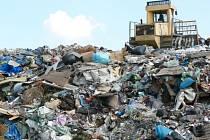 Na skládce komunálního odpadu by mělo brzy končit menší množství odpadu. Ilustrační foto