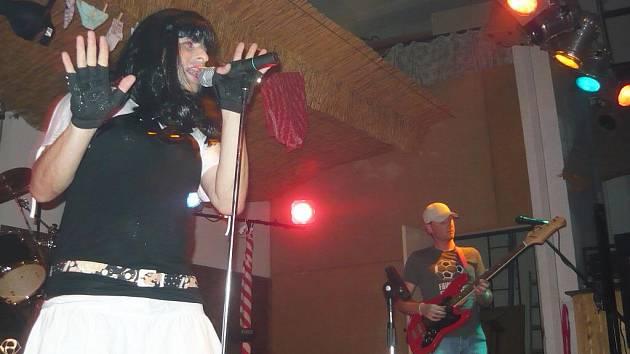 Lhenická hudební skupina Sušárenka se po čtyřleté pauze v pátek 24. července znovu vrátila na pódium v hotelu Pod Stráží ve Lhenicích. Na akci přišlo na téměř tři sta návštěvníků.