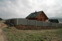 Zatímco lidem z okolí je trnem v oku především betonový plot, zastupitelé upozorňují, že není možné tolerovat postup, který nerespektuje jasná pravidla. Porušení nájemní smlouvy bude se stavebníkem řešit rada města.