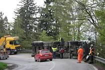V pondělí po obědě havaroval řidič kamionu v Americké zatáčce na silnici mezi Prachaticemi a Libínským Sedlem. Vyproštění kamionu zabralo několik hodin. Po tu dobu byla doprava řízena kyvadlově a následně odkloněna zcela.