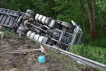 Mimo komunikaci a téměř na střeše skončil plně naložený kamion u Vitějovic.