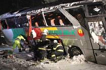 Mezi Novou Pecí a Zadní Zvonkovou havaroval autobus.