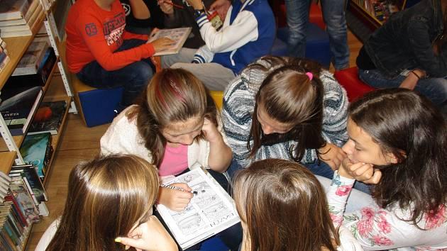 Komiksový workshop Daniela Vydry v knihovně navštívily děti ze všech prachatických základních škol.