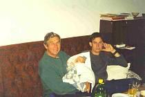 Václav a Vašek Dostálovi v roce 2003 slavili první svátek společně v náručí s malým Vašíkem.