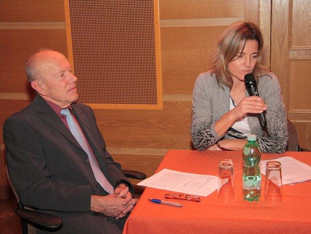 Nezávislí auditoři Jan Svoboda a Jana Rosenbaumová odpovídali i na dotazy zastupitelů. Většinu času ale jen přihlíželi místy ostré výměně názorů směřujících do osobní roviny než k podstatě věci.