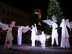 Třetí adventní neděle přinesla do centra Prachatic trhy, divadelní pohádku, výtvarné dílny pro děti, výstavu vánočních světýlek, hudební produkce a anděly ve všech velikostech.