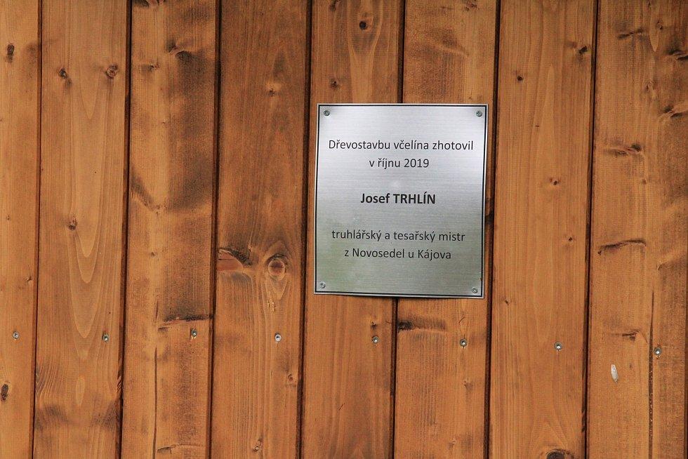 Cedulka na včelíně říká, že včelín stavěl Josef Trhlín.