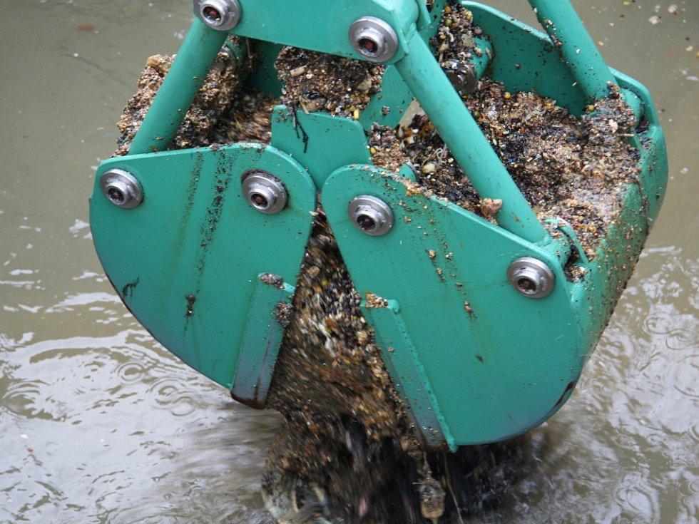 Zaměstnanci Čistírny odpadních vod v Prachaticích mají plné ruce práce. Za měsíc jim do čističky přitečou asi dvě tuny tuků.