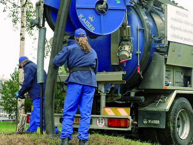 MONITORING. Speciální stroj přivezli 17. září dopoledne do Prachatic pracovníci VaKu, ten hned odhalil problém v potrubí v Národní ulici.