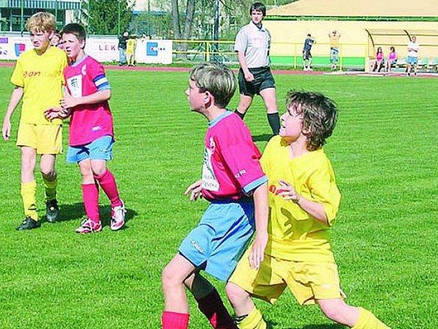 VÝHRA TATRANU. První zápas dalšího kola Danone Cupu prachatičtí mladší žáci (vpravo v souboji ve žlutém Babka) vyhráli. O postupujícím se rozhodne příští středu v Plzni.