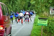 NEBEZPEČÍ STŘETU. Vltavskou cestu využívají hlavně cyklisté a slouží i jako trasa pro in–line závody. Kvůli objízdné trase byl navíc přerušen i převoz dříví a omezen provoz osobních vozidel.