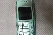 Neznámý pachatel ženě z bundy odcizil mobilní telefon, způsobil tím škodu za šest tisíc korun. Ilustrační foto.