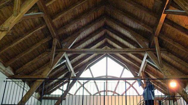 UPOUTÁ. Střecha pietní síně ve Volarech zaujme na první pohled. Uvnitř budovy upoutá pozornost také krov.