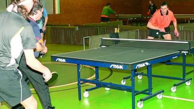 LÍTÉ BOJE. Po celý den se bojovalo na devíti stolech o každý míček. Na snímku souboj dvojic hráčů okresních soutěží Medek – Vostřez (vlevo) a Kocourek – Wimberský.