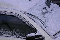 Mladík na vozidle neočistil námrazu z oken a přehlédl zaparkovanou fabii. Ilustrační foto.