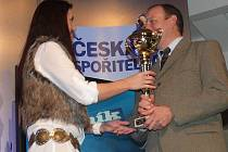 Cenu pro vítězku ankety Terezu Huříkovou převzalk její otec Vojtěch z rukou šéfredaktorky Prachatického deníku Jany Vandlíčkové.