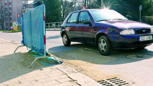 NEROVNOSTI NA SILNICI. U kruhové křižovatky narazí řidiči v ulici Jánská v Prachaticích na zábranu upozorňující je na nerovnost na silnici. Dané místo musejí objet s velkou opatrností.