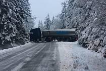 Kamion blokuje silnici z Volar na Lipno u Chlumu.