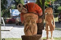 Dřevosochaři jsou stále ve vimperském parku. Ve středu 24. července sochali motorovou pilou na rychlost.