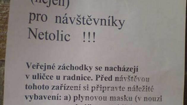 Leták, který vítá návštěvníky Netolic na veřejných WC.
