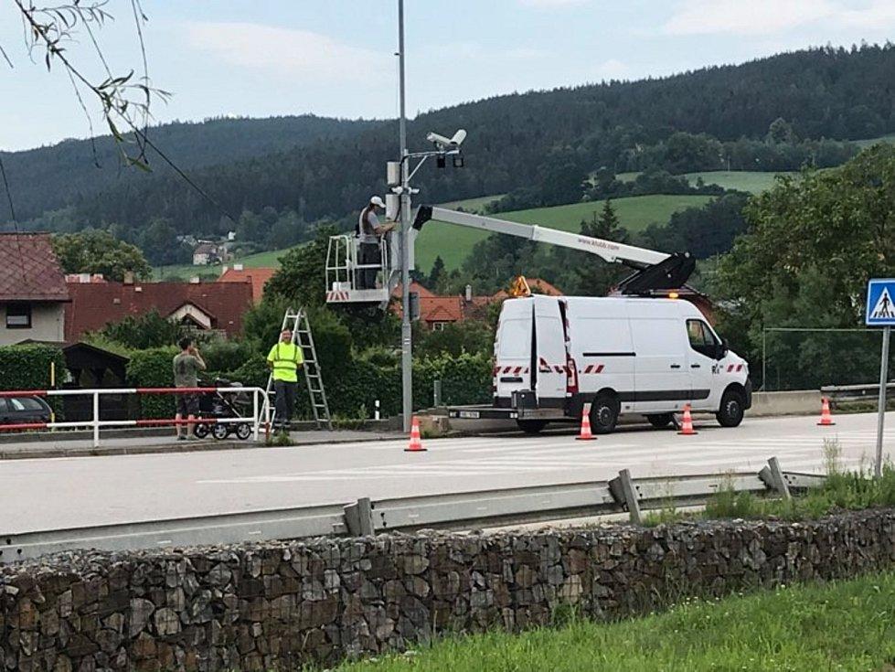 Instalace radarů na výpadovce na Volary.