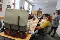 Vzpomínky jsou důležitou součástí života. Prachatičtí senioři proto otevřeli kufr se vzpomínkami v SeniorPointu.