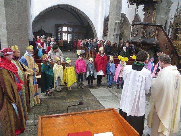 Žehnání koledníkům Tříkrálové sbírky v Prachaticích.