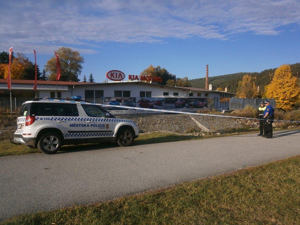 Policejní manévry na břehu řeky Volyňky ve Vimperku.