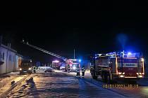 V neděli 10. ledna čekal hasiče o složitý zásah při požáru truhlářské dílny ve Volarech, pod kontrolu ho dostávali tři hodiny. Foto: archiv HZS JčK